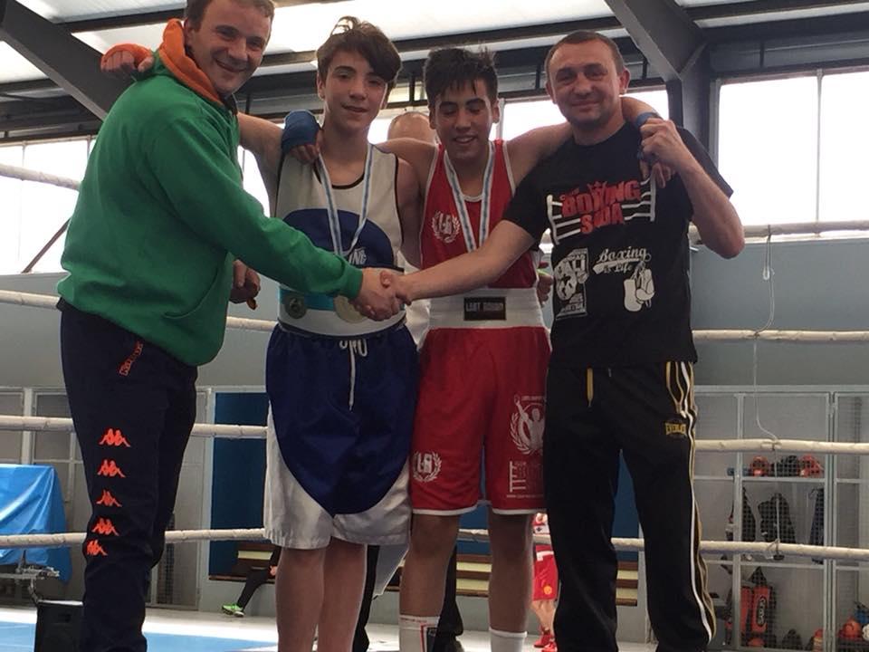 Nahum Ayude medalla de Oro y Brais Rodriguez medalla de Plata, con sus entrenadores Jose Ayude y Valery Yanchy en la final del Campeonato Gallego de Boxeo.