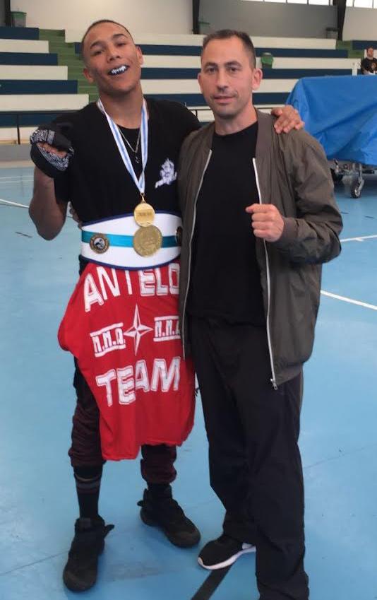 """Oscar """" Iron Black """" Marquez con el Cinturón y la medalla de Oro que le acreditan como Campeón Gallego, con  José Antelo. foto Antelo Team."""