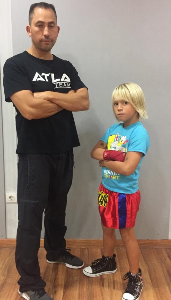 Atila Antelo Martínez competidor de categoría Benjamin de 6 -7 años. En la imagen con su progenitor José Antelo. foto cedida.