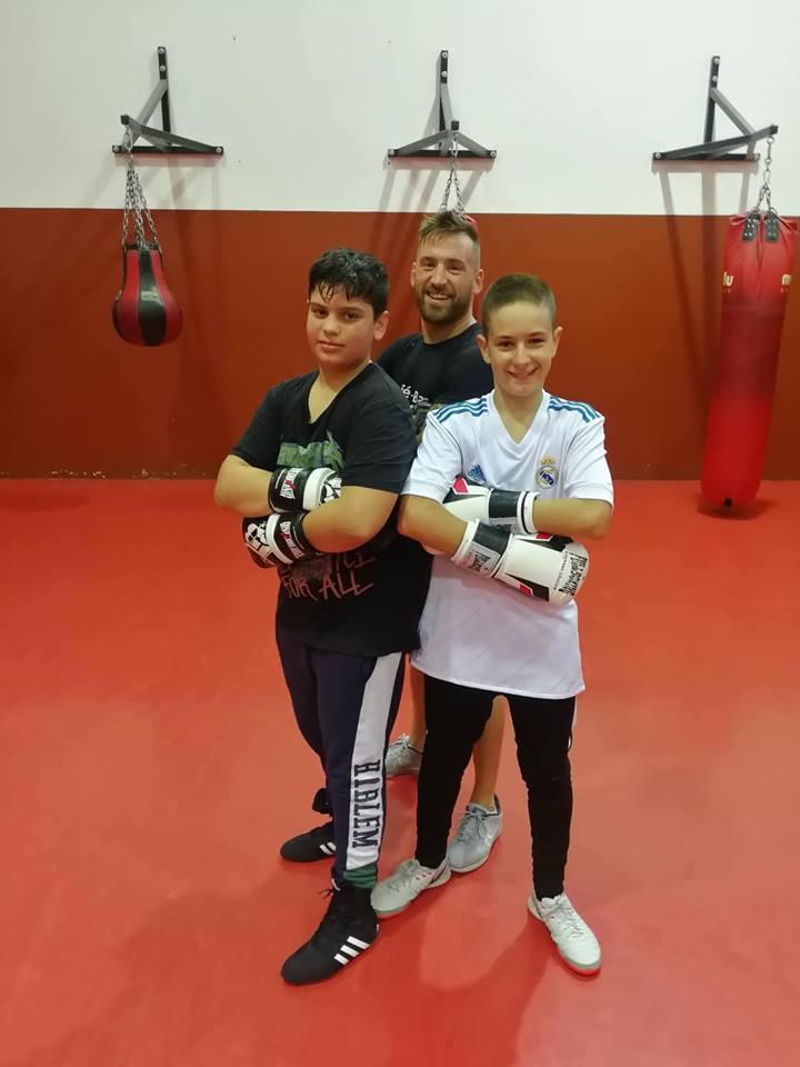 Los jóvenes competidores Palmero y Ezequiel Barrul, posan con su flamante técnico Eloy Figueira López en el Ludus Box Artabrum Abraham