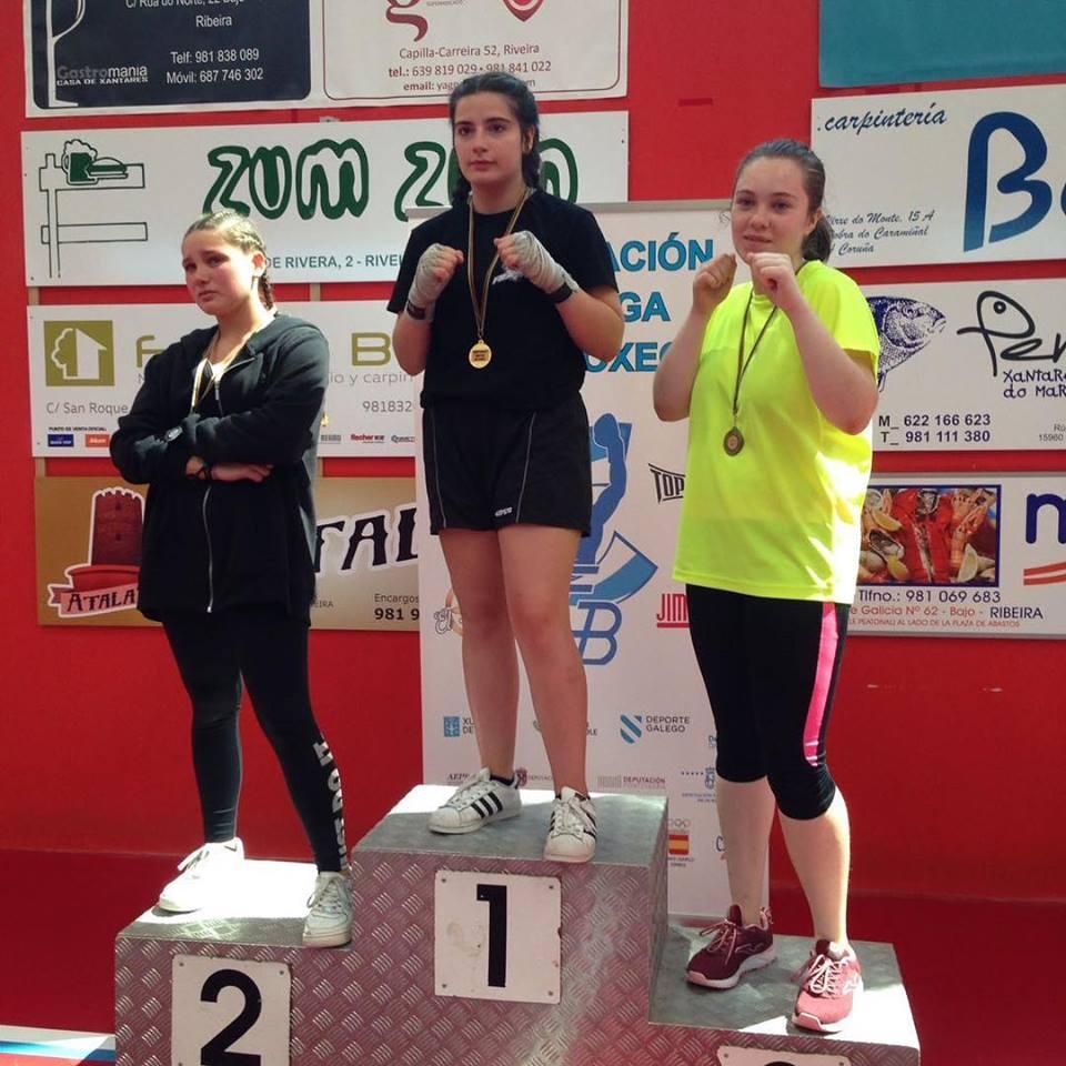 Sara Sastre, del Abuelo Box, con su medalla de Oro en lo más alto del podio. foto cedida por Carlos Sastre.
