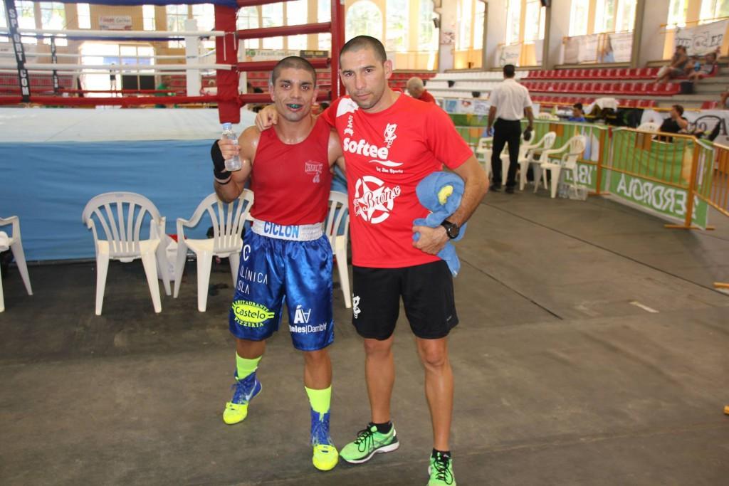 Alex Barros del Sagabox, en la imagen con el técnico Israel Benitez, fue uno de los destacados en los nacionales. Cedida