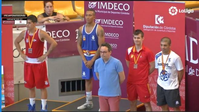 Alex barros sobral e el podio acompañado de los mejores boxeadores nacionales de la división.