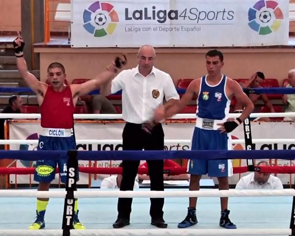 """El boxeador del Sagabox de Vigo, está que se sale. Otro buen triunfo para Alex """"El Ciclón """" Barros. LaLiga4Sports"""