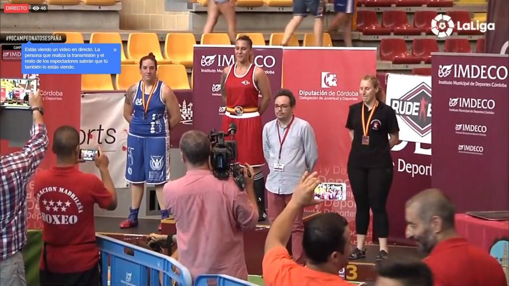 Olga Vázquez Carro, a la izquierda, consu medalla de Plata al cuello. Laliga4Sports