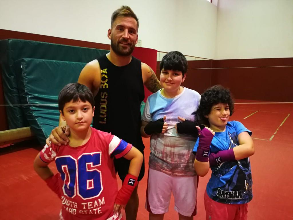 """El """" profe """" de infantiles Eloy """" Bengala """" Figueira con los competidores Luismi y los hermanos Izan y los alumnos"""