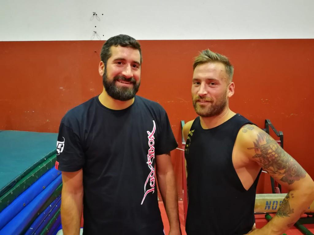 El técnico Eloy Figueira, en un descanso del entrenamiento con su amigo y discípulo David Pujales que debutará en la velada del viernes día 7.