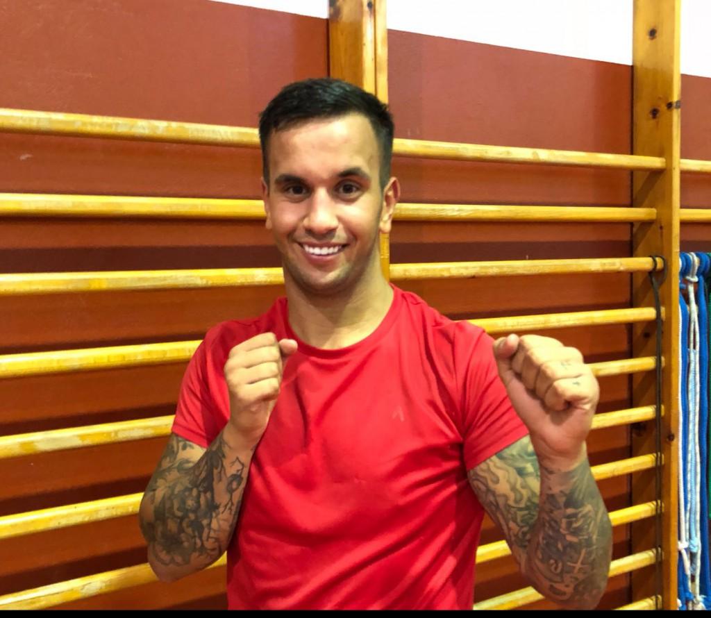 La Perla Martinez, antes de iniciar el entrenamiento, posa en guardia para los lectores de boxeodemedianche.