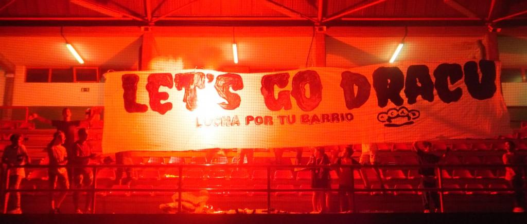 Volvió a enardecerse el público del Polideportivo a la salida al cuadrilátero de David Pujades entre pancarta y luces de colores. foto Rubén barral.