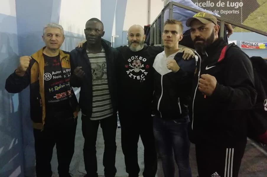 En la imagen Goyo Rubio y Daniel Moukoko, protagonista de un grande y disputado combate, con sus entrenadores. foto cedida.