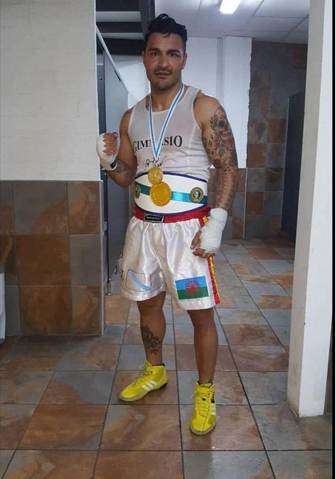 """Manuel """" NONO """" Jiménez es un gladiador que destaca en las disciplinas de Boxeo y Kick. Forjado en el Olimpo`s, posa con el último Cinturón de Campeón Gallego logrado en Coruña. foto cortesía de Manuel Jiménez."""