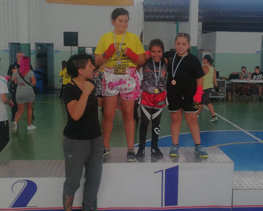 Alejandra Martinez se mantiene en el liderato de su categoría desde el inicio de la Liga Infantil de Boxeo. En la imagen con sus colegas del podio en Marín y la aspirante al europeo Miriam Gutierrez. Cedida.