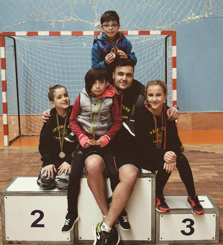 José Luis Álvarez, del Club Boxing Cidade de Lugo organizador del certamen, con parte de sus jóvenes alumnos. foto web.