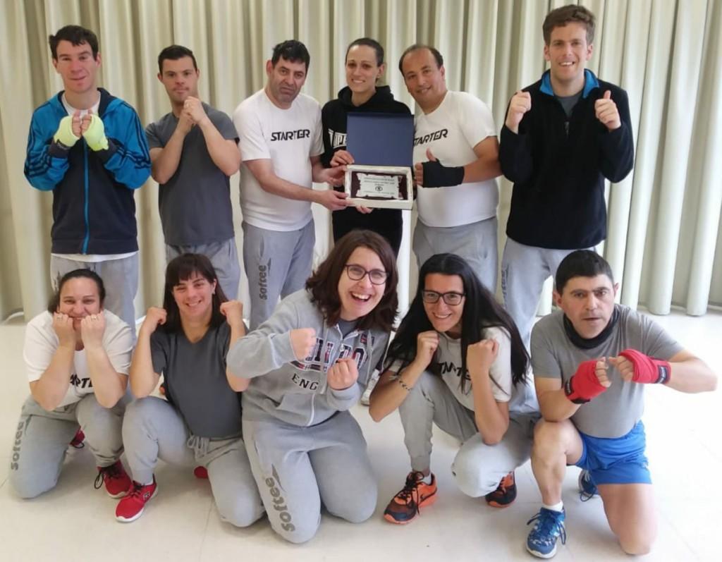 Los componentes del Equipo de Boxeo de la ASOCIACIÓN AMBAR, posan con el galardón concedido por la FGB , en reconocimiento como Primer Equipo de Boxeo de personas con discapacidad funcional. Foto cedida por Israel Benítez.
