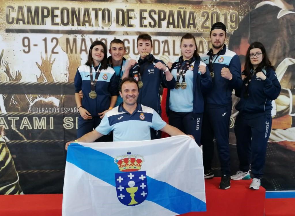 Representates gallegos de la Escuela Ayude en los Campeonatos de España, con su entrenador al frente. cedida