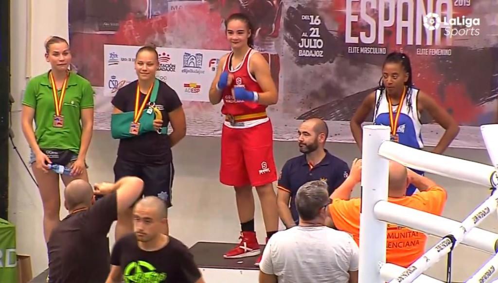 Instantánea de la transmisión realizada por LaLiga Sports del podio mde la división 64 kilos femenina. Estefania ocupa el segundo cajón