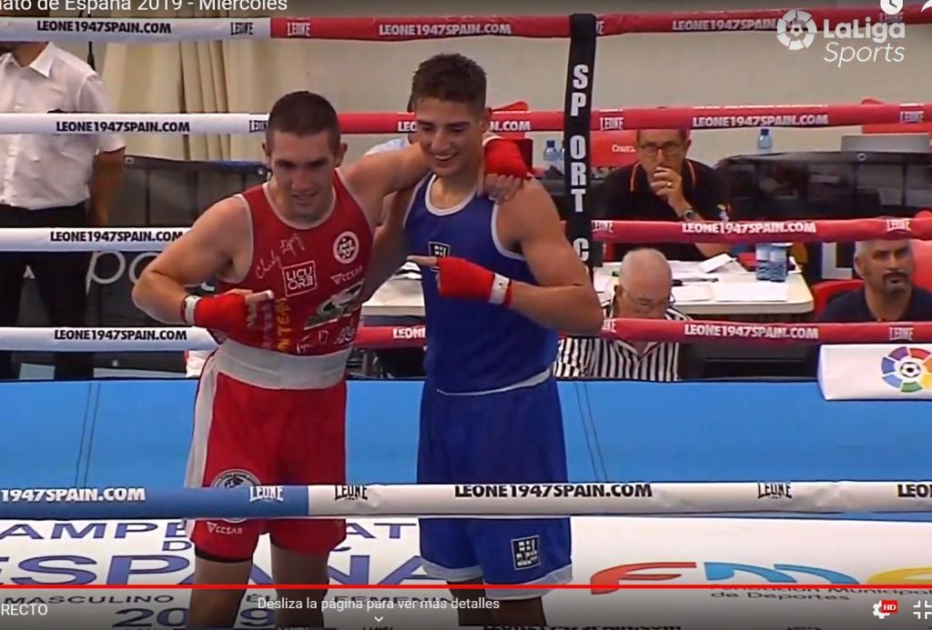 """Charly """" Spartan """" López volvió a demostrar poderío y combatividad a raudales. En la imagen de LaLigaSports con su resistente oponente."""