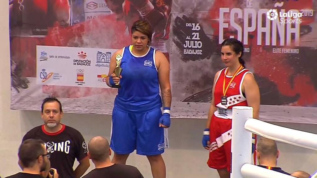Momento de la transmisión efectuada por LaLigaSports en la que podemos apreciar en las manos de Daiane Frreira el Trofeo que le fue entregado en contrasta con la medalla alcuello de la