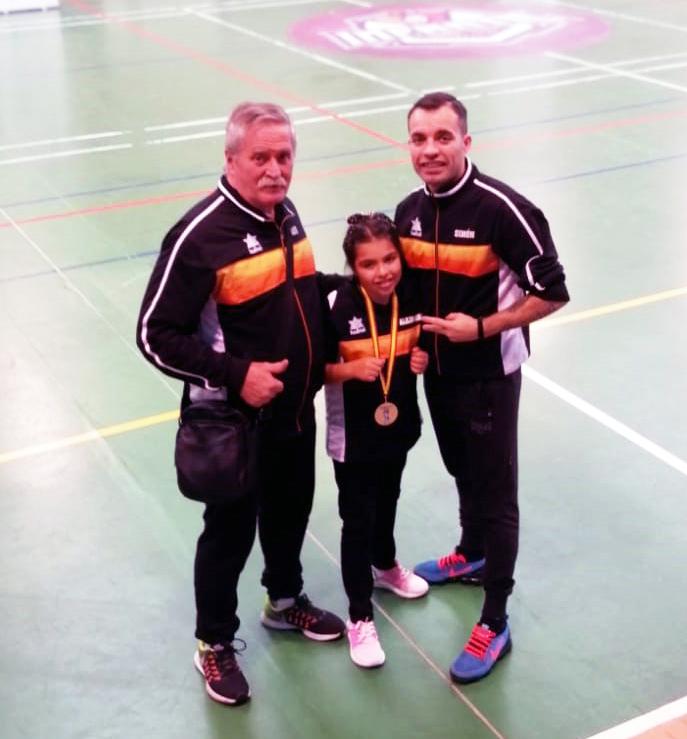 Alejandra Martínez Salgueiro Subcampeona de España de Formas de Boxeo. Le acompañan su progenitor Juan Simón Martínez y el director técnico del Sagabox Rafa Gil, quienes han cedido la imagen.