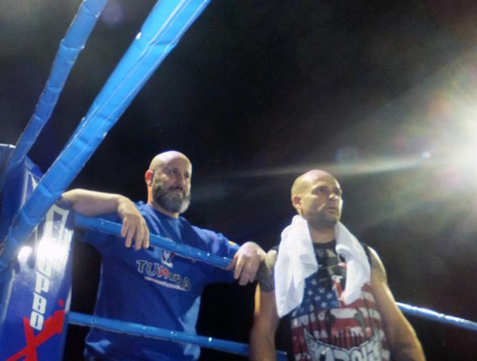 El promotor Luis Suárez Santos y el campeón Kiko martínez, compartiendo esquina durante una gala boxística. archivo boxeodemedianoche