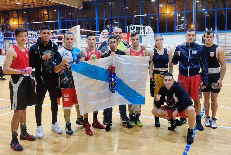 Boxeadores gallegos que se desplaazaron al País Vasco con el técnico Manuel Jimenez José La Sombra Martinez. foto cedida.