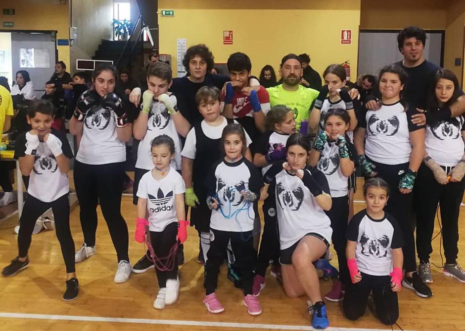 Los infantes de la Escuela de Boxeo Ludus Box Artabrum, que compitieron en la 1ª jornada de la Liga Infantil 2019/20, acompañados de maestros Cristina Fernández y Eloy Figueira. foto cedida por Cris fernández.