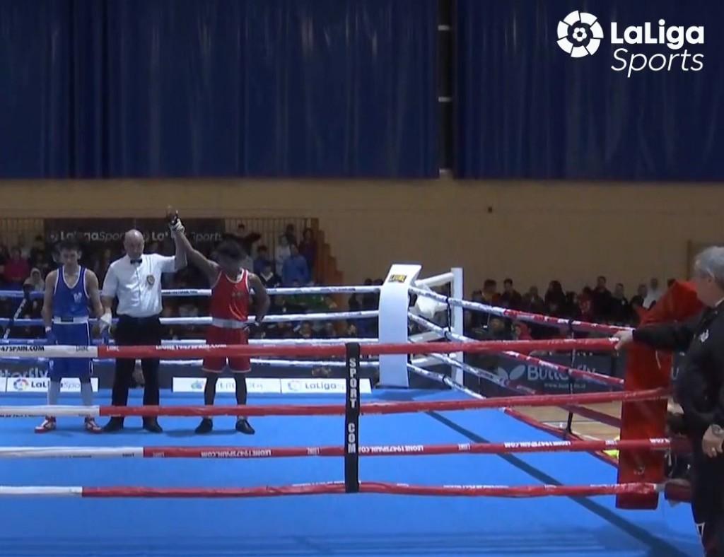 Momento de la transmisión de LaLigaSports, en la que el árbitro proclama vencedor a Wilker Faña. LaLigaSports.